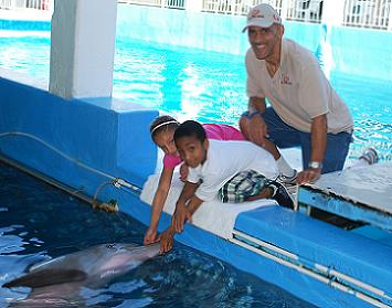 Tony Dungy with his kids at the Clearwater Marine Aquarium