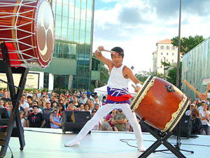 A performer impresses the crowd with the rumble of Taiko drums - Photo by Simaen   Skolfield